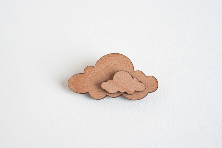 houten broche wolk